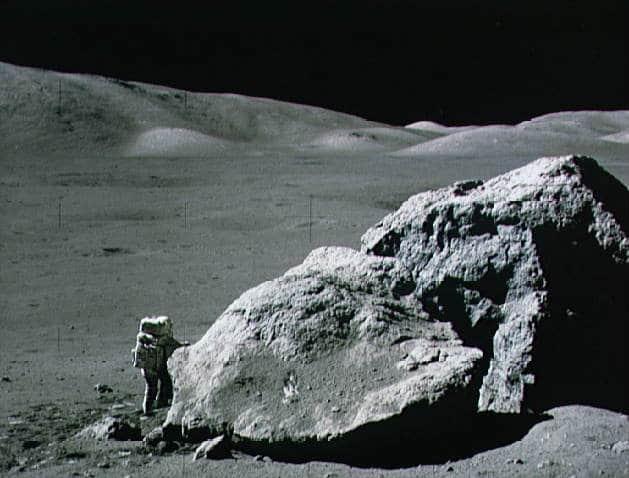 Apollo-17-Astronaut Harrison Schmitt neben einem Felsen auf dem Mond