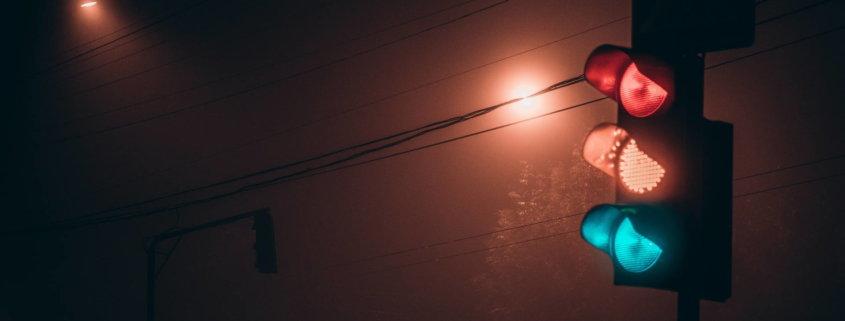 Ampel in der Nacht | Rot, Gelb und Grün