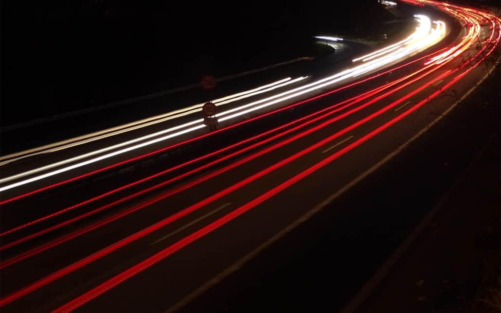 Autobahn-Verkehrsströme bei Nacht