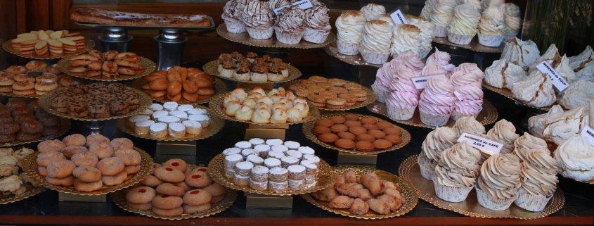 Schaufenster: Hier gibt es Kuchen, Kekse und Törtchen.